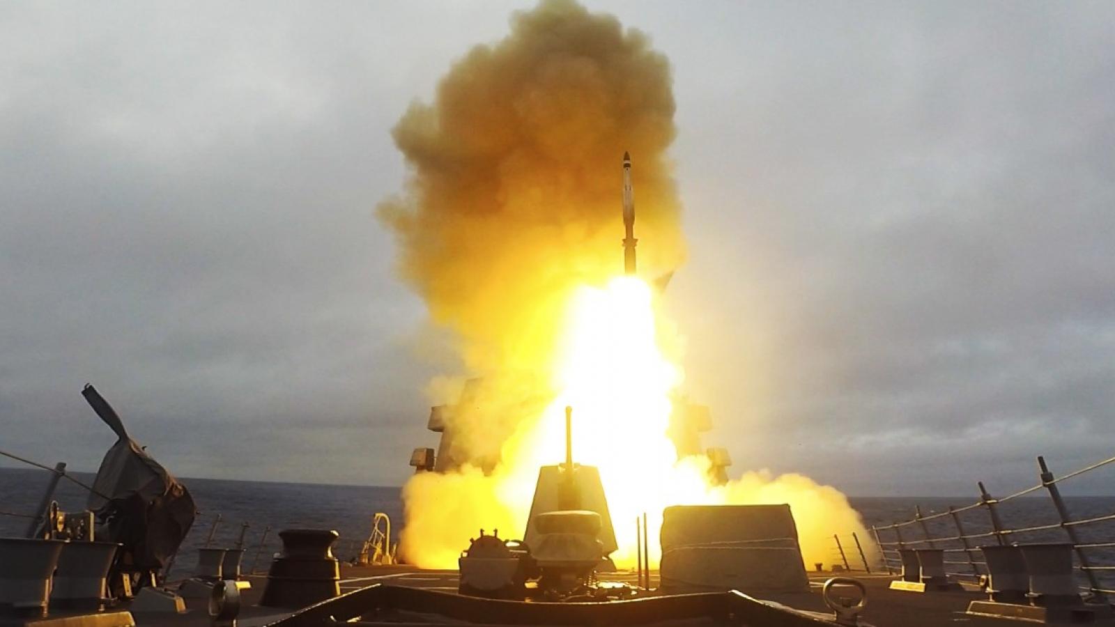 Cận cảnh tàu khu trục USS Ross phóng tên lửa SM-2 trong cuộc tập trận của NATO