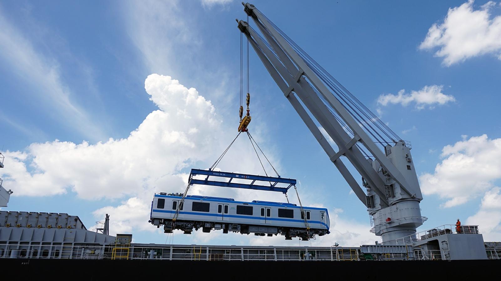 Thêm 2 đoàn tàu metrosố 1 cập cảng ở TP.HCM