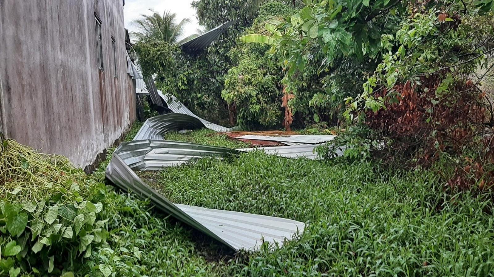 Mưa to kèm theo lốc xoáy làm sập, tốc mái nhiều nhà dân ở Tiền Giang