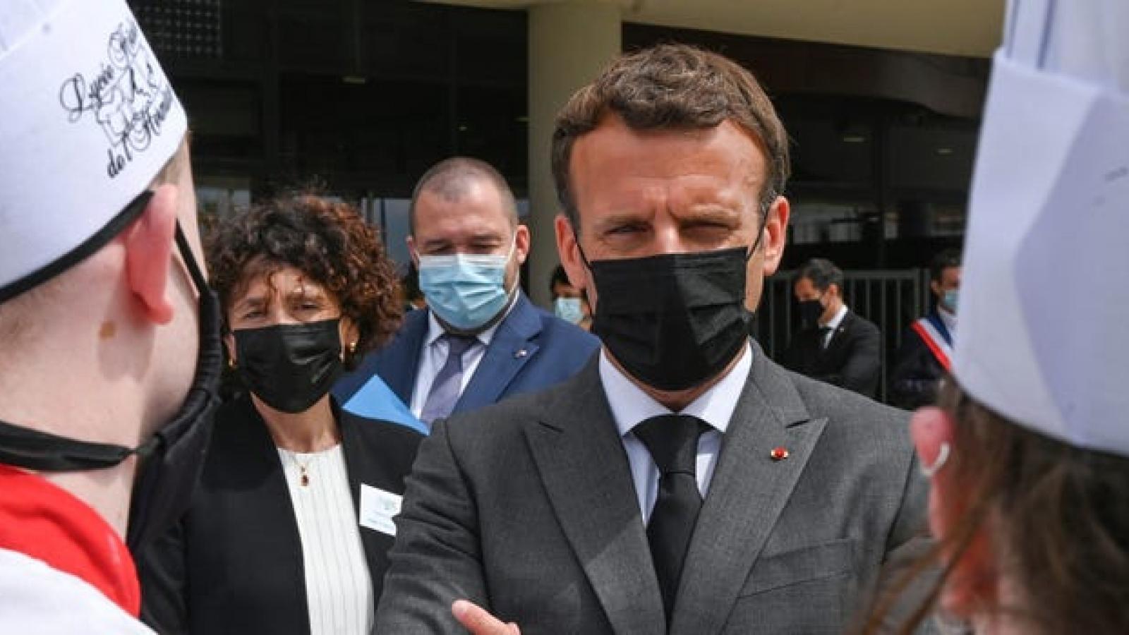Video: Tổng thống Pháp Macron bị tát vào mặt khi gặp gỡ công chúng