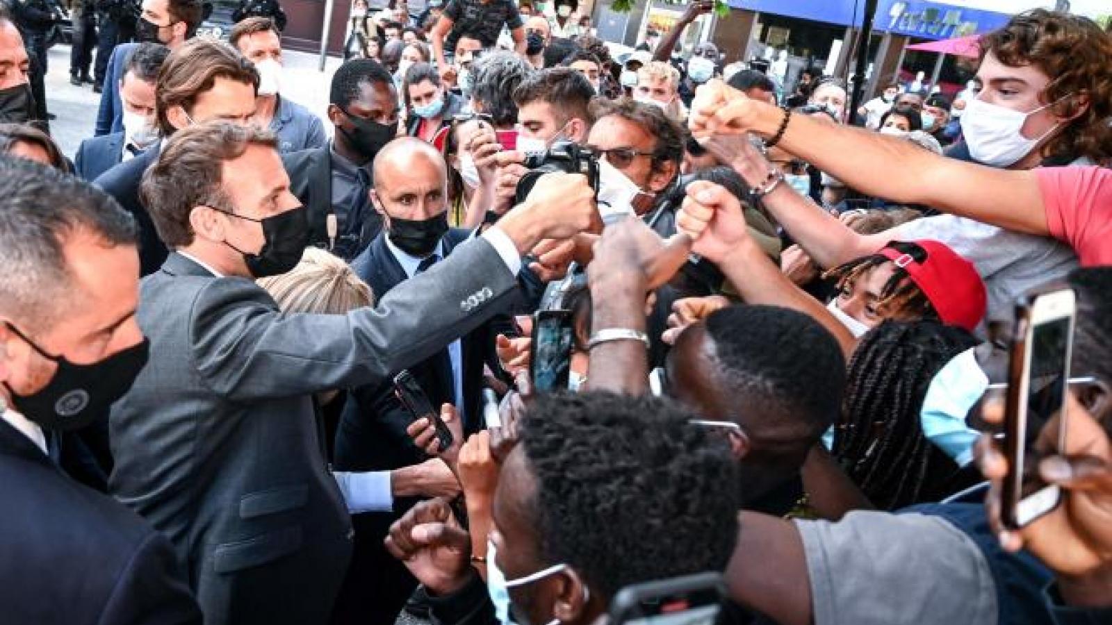 Tổng thống Pháp Macron bị kẻ quá khích tát vào mặt