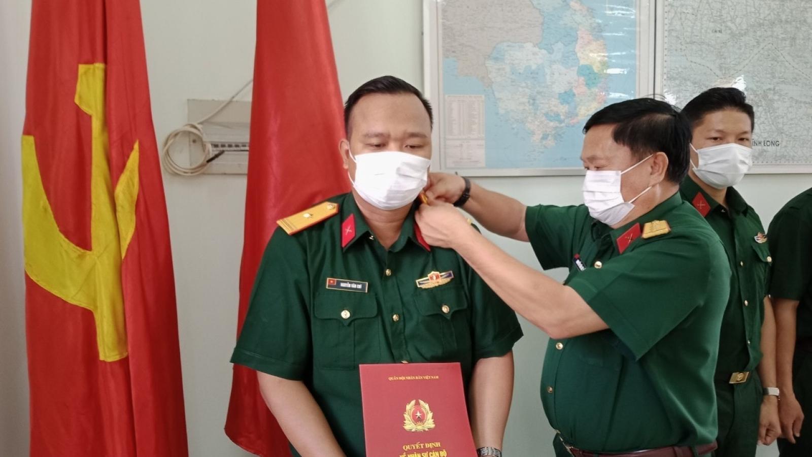 Trao quân hàm cho 3 sỹ quan quân đội tại khu cách ly