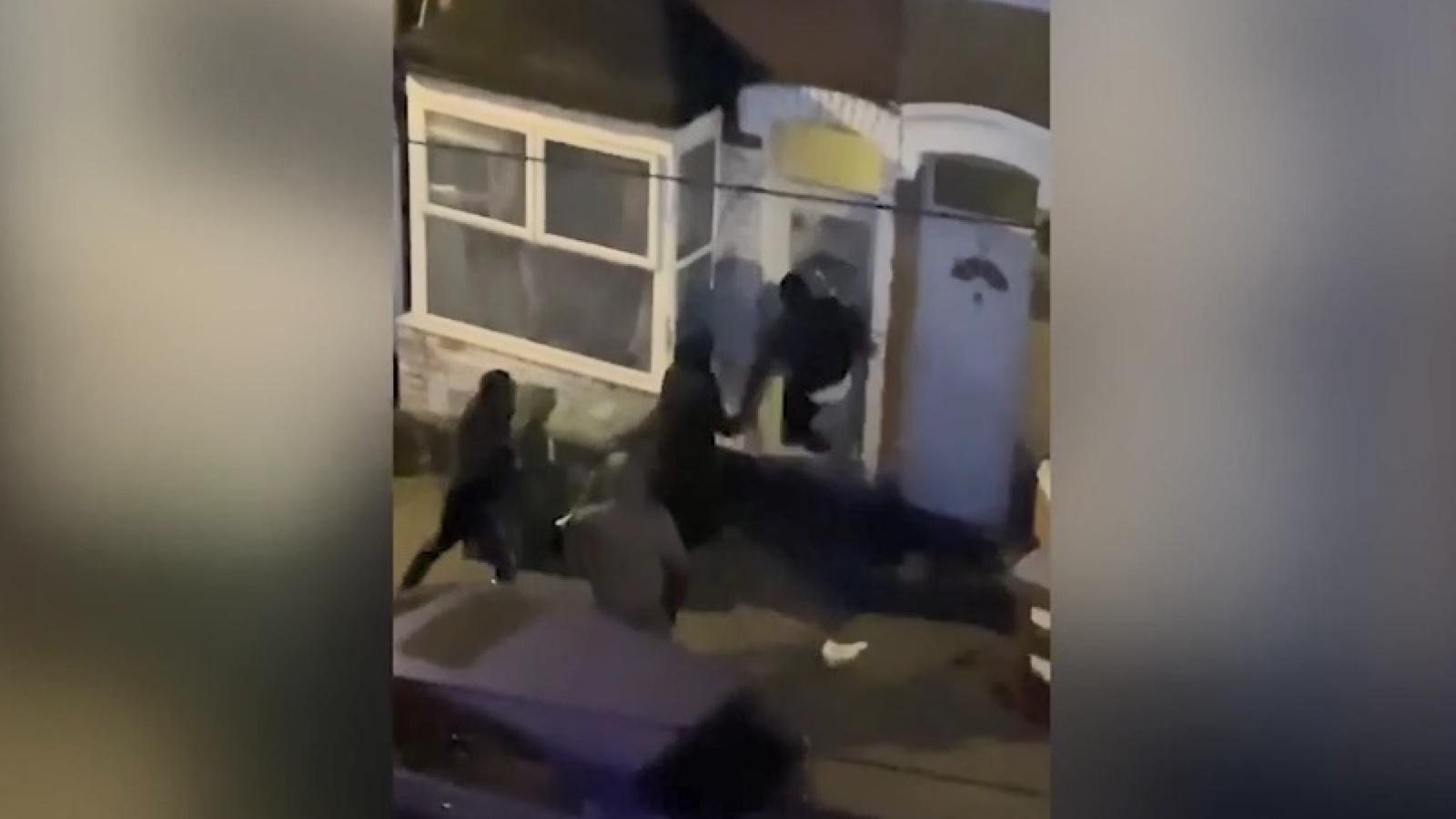 Kinh hoàng cảnh bọn cướp phá cửa, tấn công chủ nhà để cướp cây cần sa