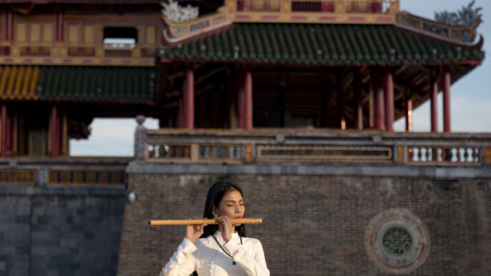 Trương Thị May thướt tha diện áo dài trắng ở kinh thành Huế