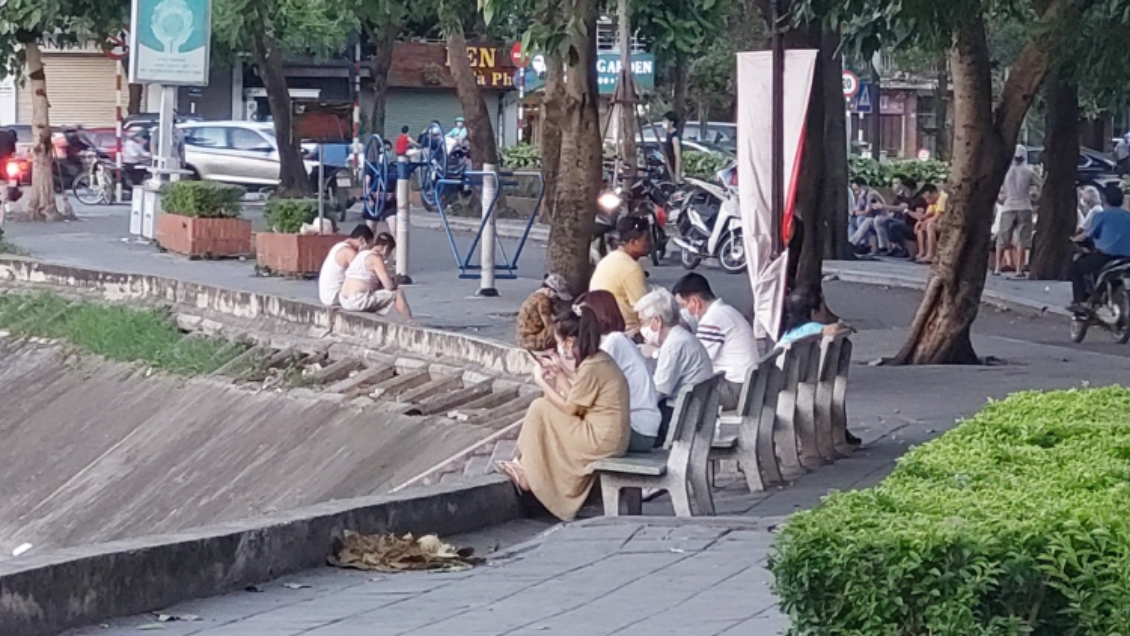 """Người Hà Nội vẫn """"miệt mài"""" tập thể dục nơi công cộng"""