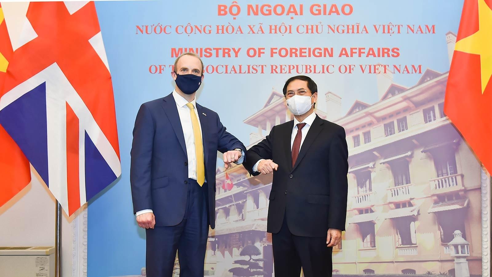 Đề nghị Anh xem xét chuyển giao công nghệ sản xuất vaccine Covid-19 cho Việt Nam