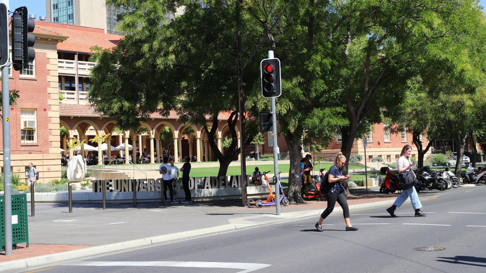 Australia sẽ xem xét lại hàng nghìn dự án hợp tác của các trường đại học với nước ngoài