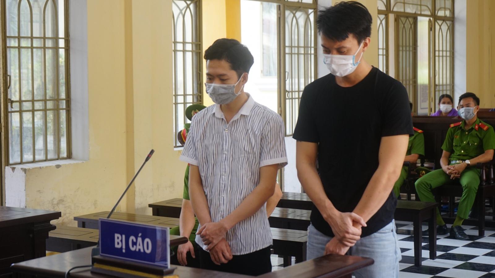 Cầm lựu đạn giả cướp ngân hàng, 2 thanh niên lĩnh 19 năm tù
