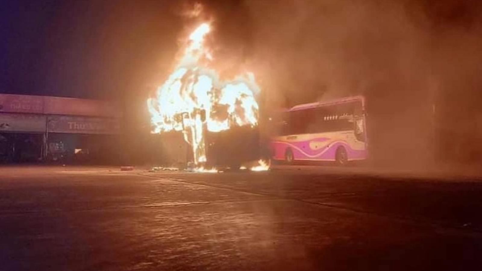Đang đỗ ở bến, xe khách bất ngờ bốc cháy