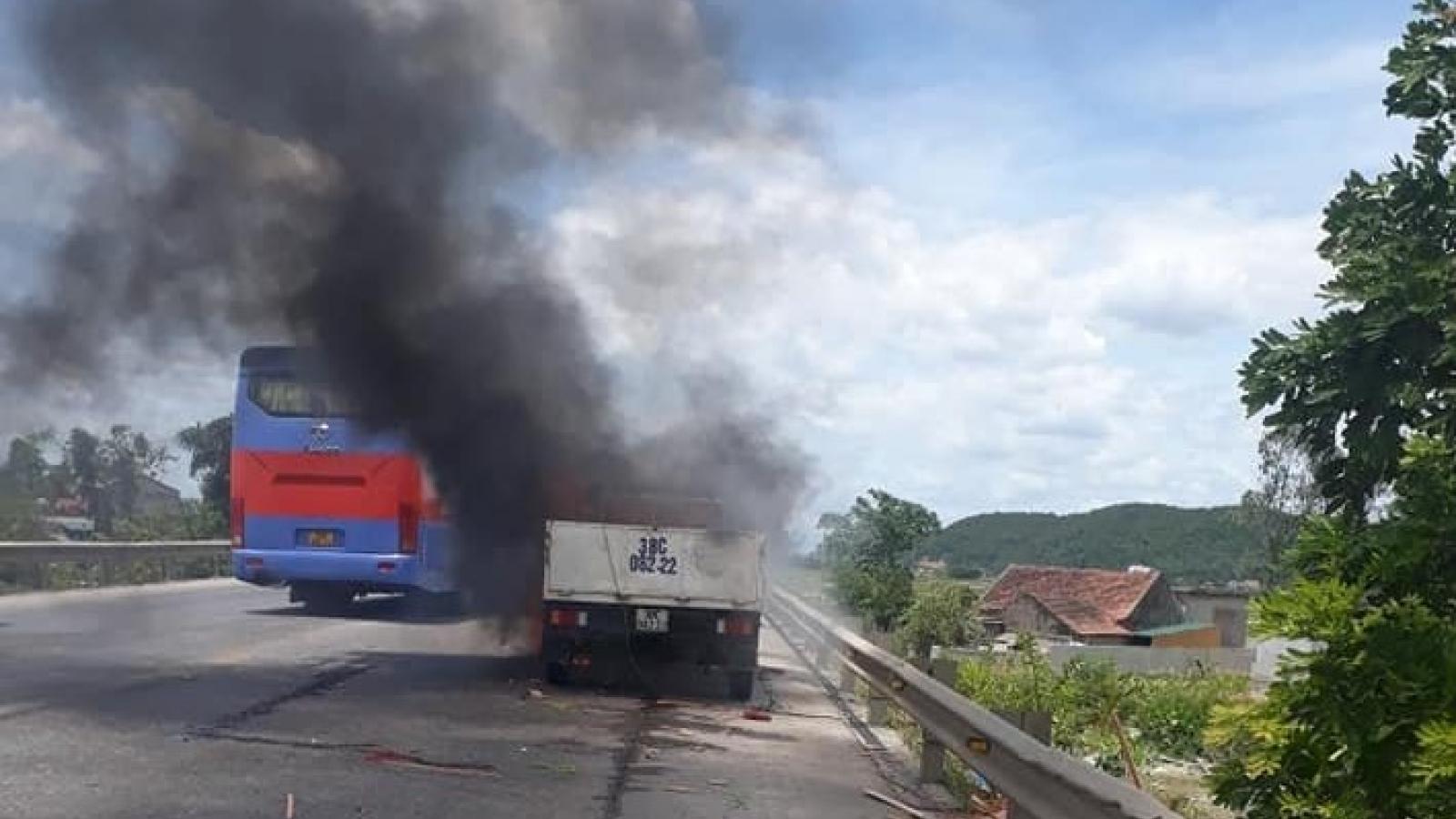 Liên tiếp xảy ra hai vụ xe tải đang lưu thông bỗng bốc cháy dữ dội tại Nghệ An