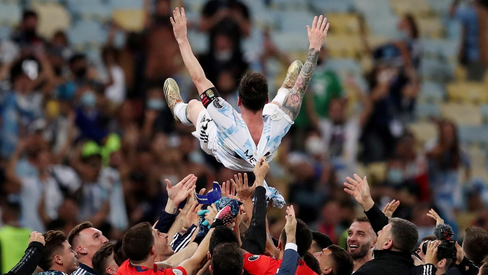 """Messi được đồng đội """"công kênh"""" sau khi giúp Argentina vô địch Copa America 2021"""