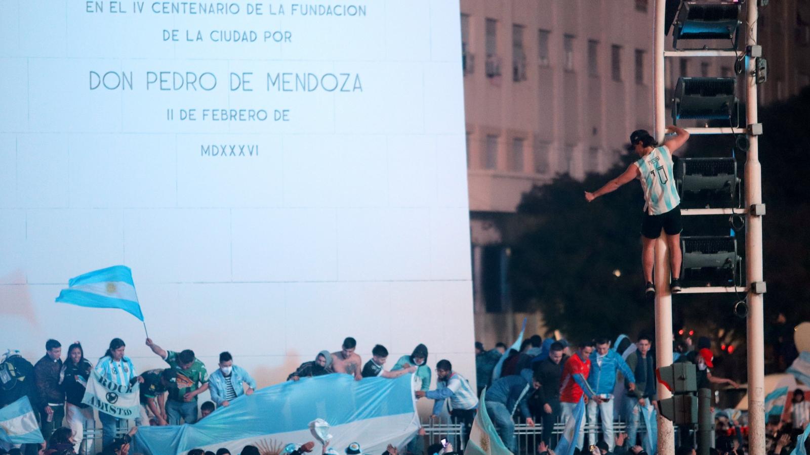 """""""Biển người"""" Argentina đổ ra đường ăn mừng Messi cùng đồng đội vô địch Copa America 2021"""