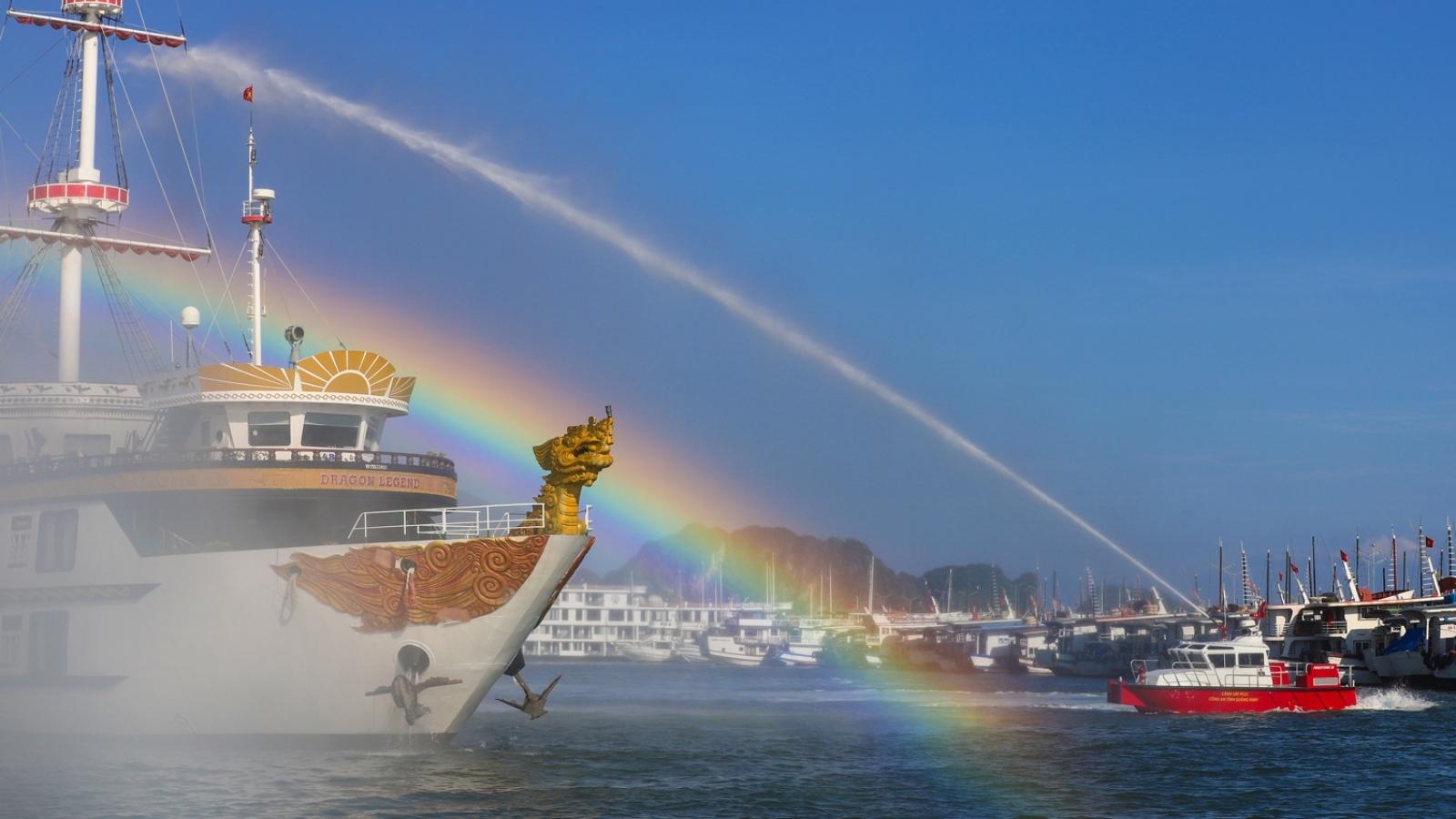 Diễn tập quy mô lớn phương án chữa cháy tàu du lịch trên vịnh Hạ Long