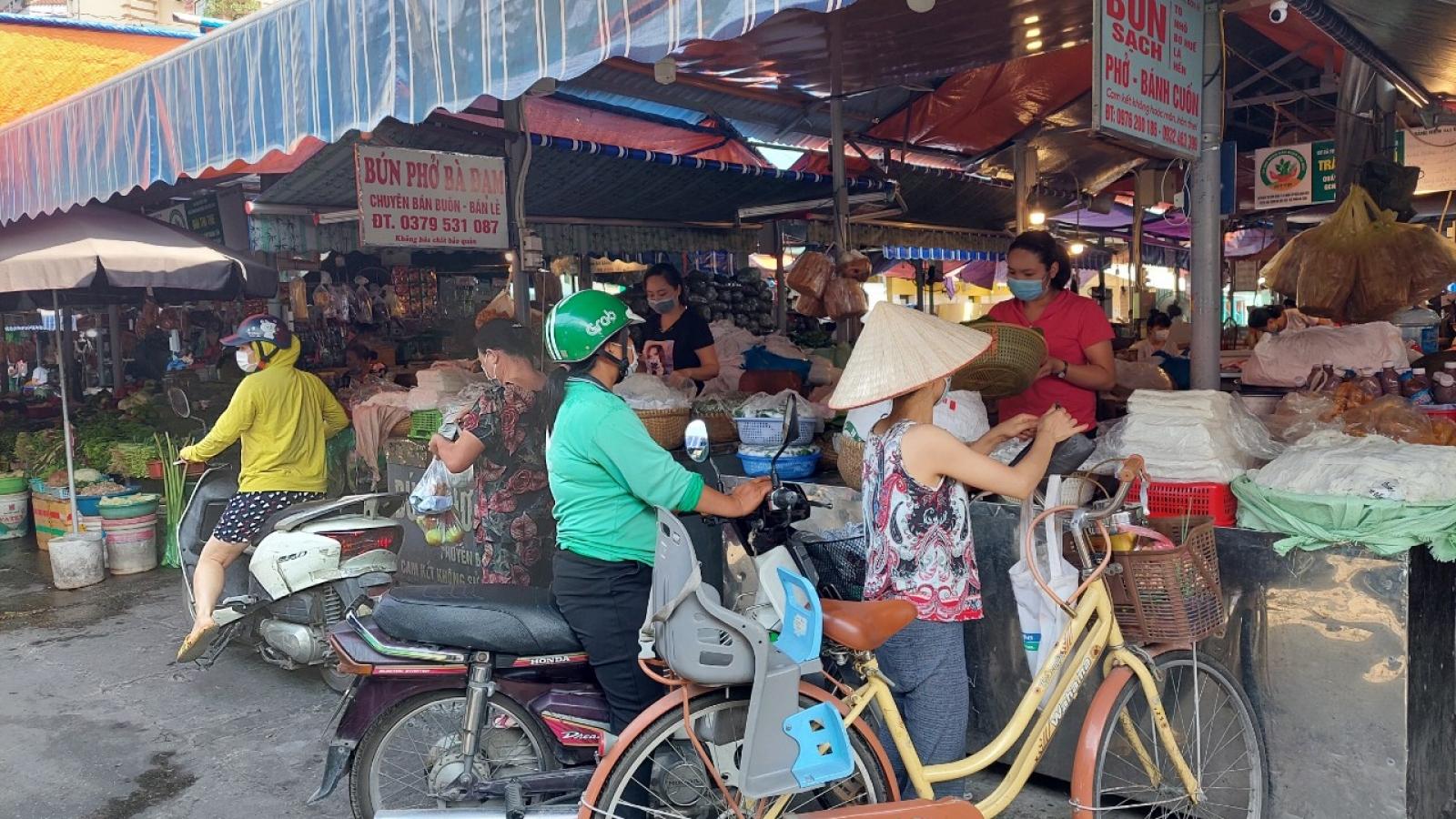 Hà Nội ngày đầu siết chặt chống dịch Covid-19: Chợ dân sinh đông đúc, siêu thị thưa người