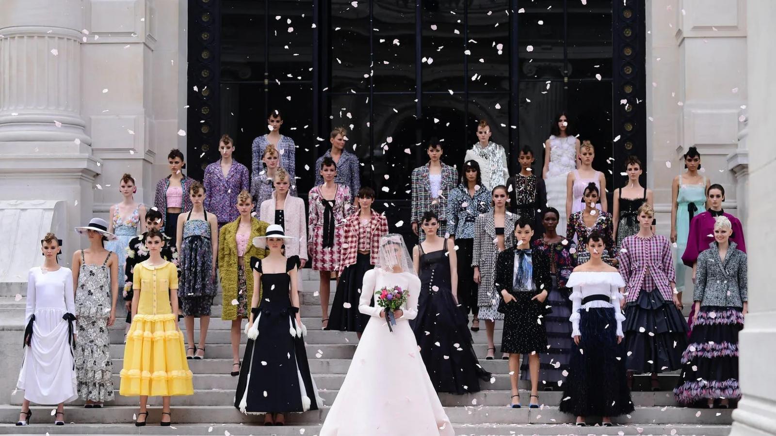 Sự hồi sinh của các nhà mốt trên sàn diễn Tuần lễ thời trang cao cấp 2021