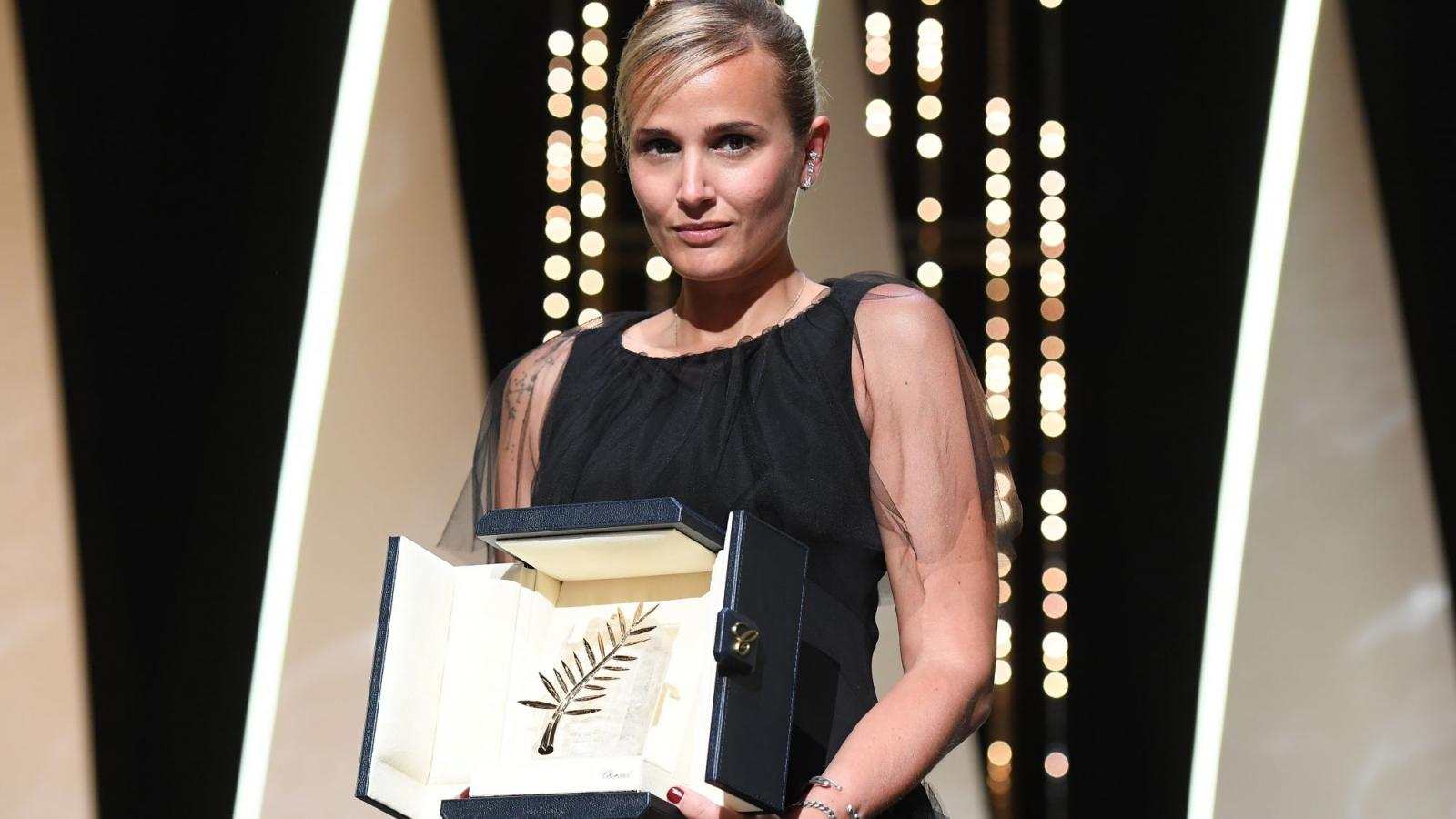 """Nữ đạo diễn Julia Ducournau làm nên lịch sử với giải """"Cành cọ vàng"""" cho bộ phim """"Titane"""""""