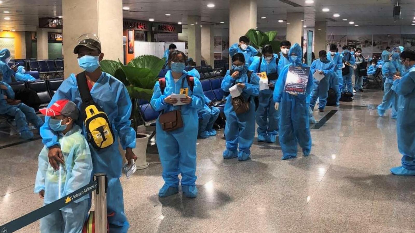 Chuyến bay đầu tiên của Vietnam Airlines đưa người từ TP.HCM về Hà Nội