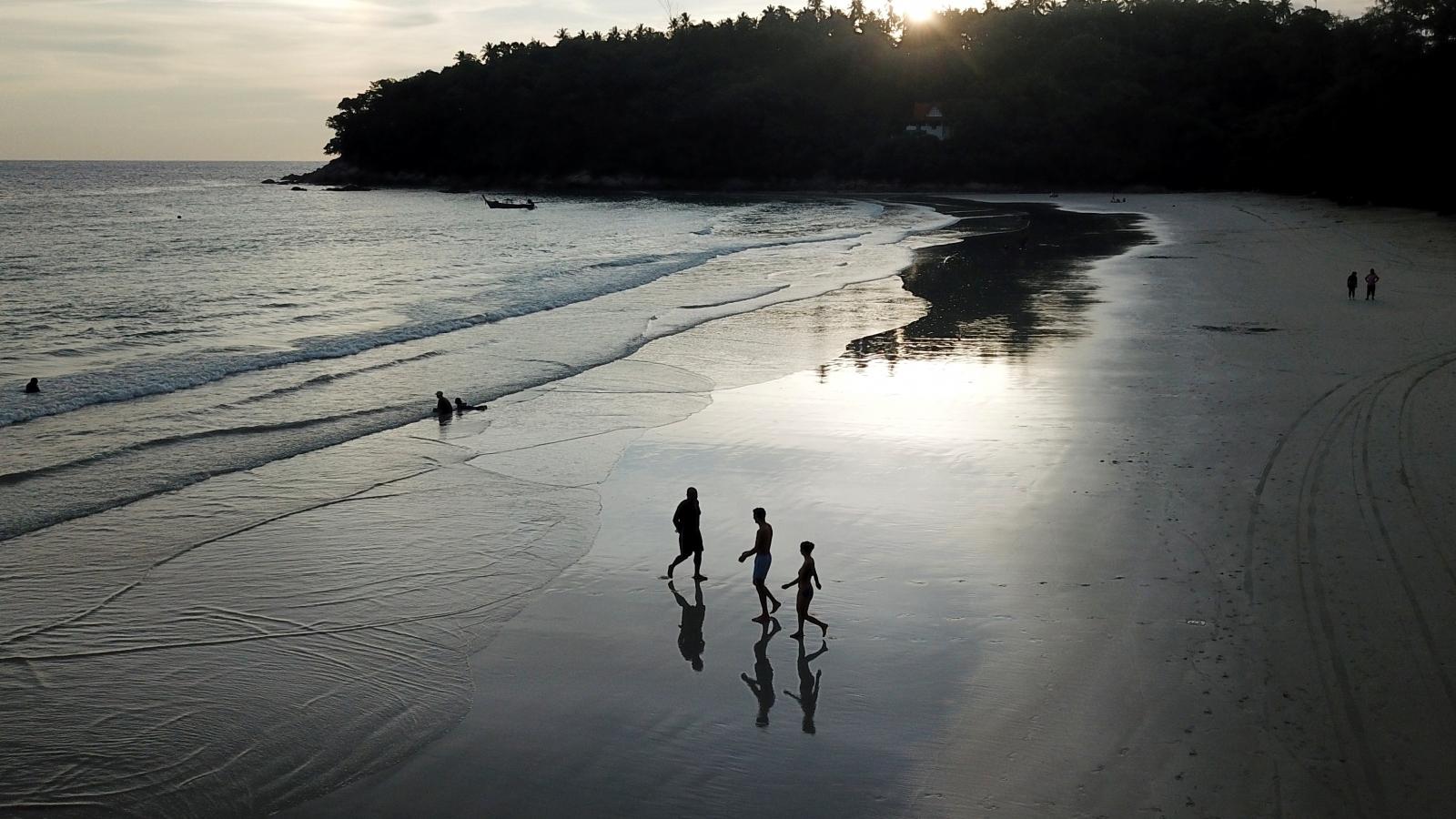 """Thái Lan phát hiện du khách trốn khỏi """"Phuket sandbox"""""""
