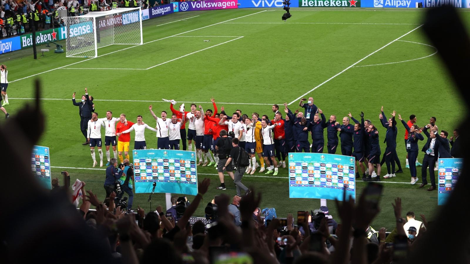 Sân Wembley mở hội, ĐT Anh ăn mừng cuồng nhiệt khi vào chung kết EURO 2021