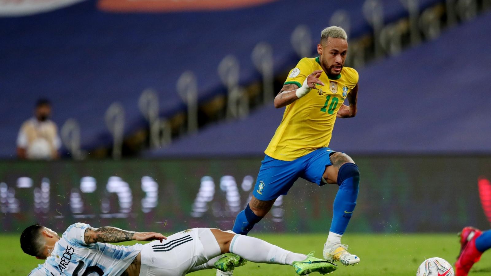 Neymer bị kéo rách quần ở trận chung kết Copa America 2021