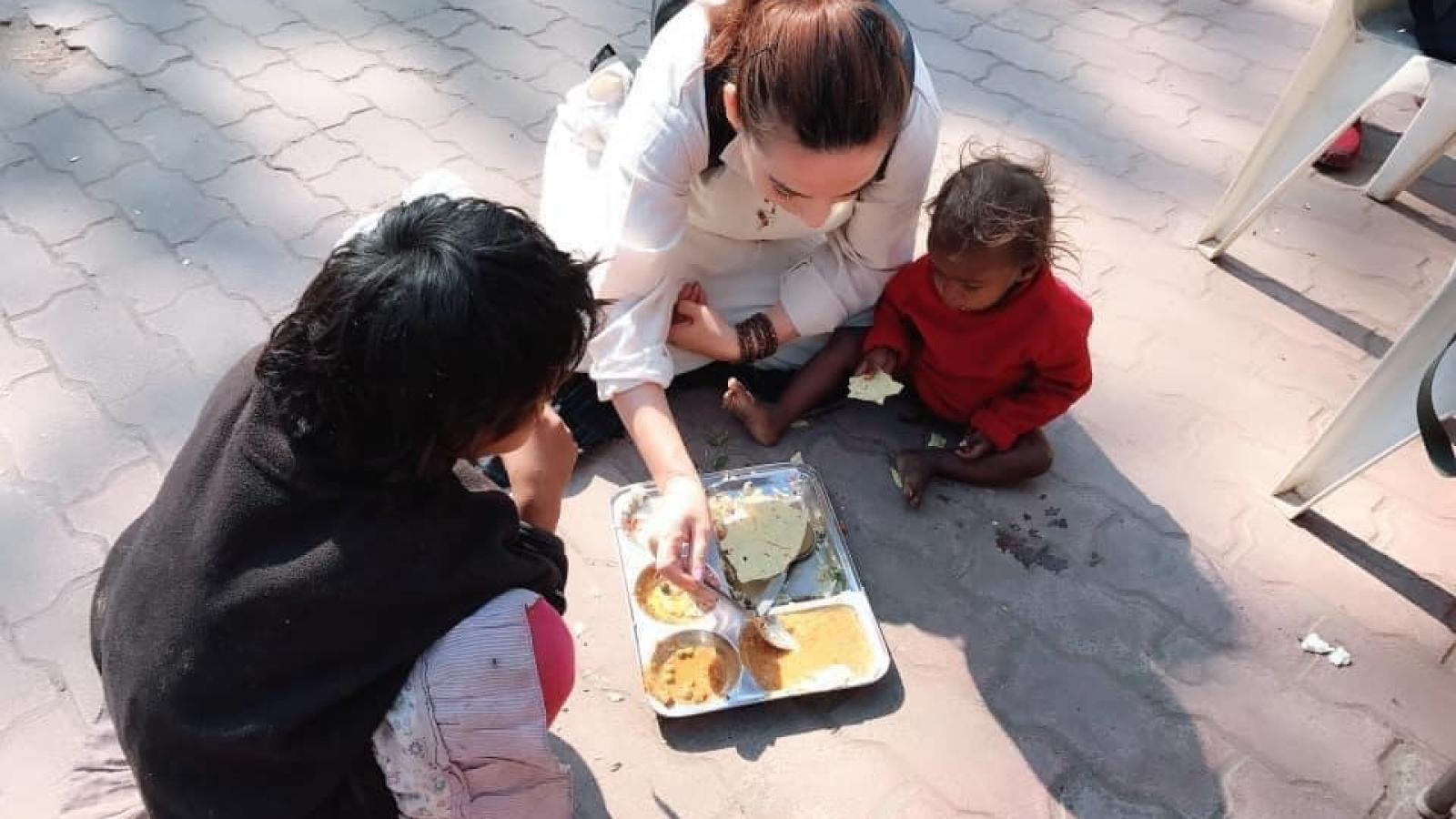 Phi Nhung, Việt Hương làm từ thiện giúp đỡ bà con khó khăn trong tâm dịch Covid-19