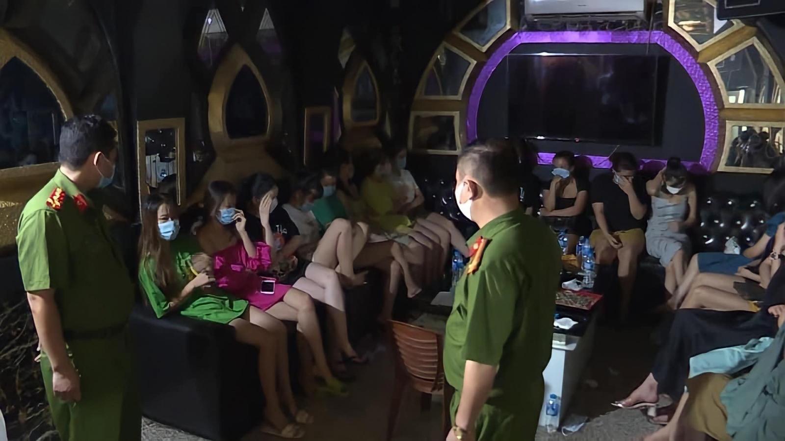 Xử phạt quán karaoke và 30 khách hát vi phạm quy định phòng, chống dịch Covid-19
