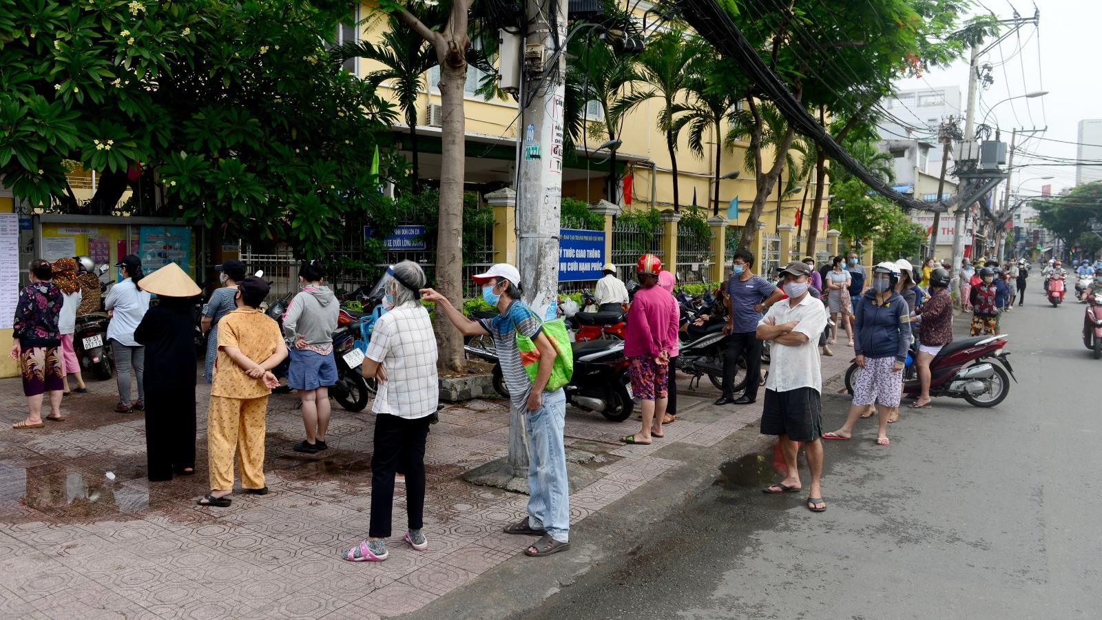 """Dân Sài Gòn xếp hàng dài trăm mét chờ mua thực phẩm ở """"siêu thị dã chiến"""""""