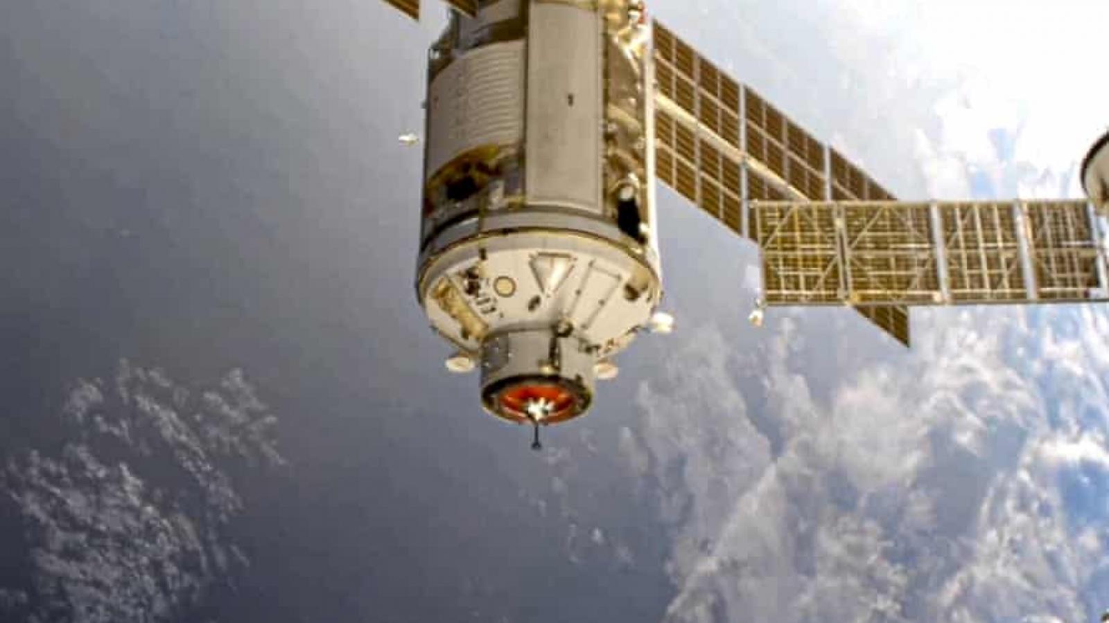 Module của Nga vừa phóng lên trạm vũ trụ đã đẩy ISS xoay 45 độ