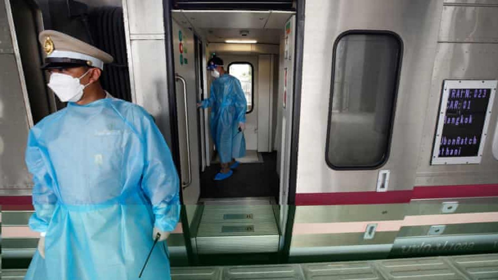 Hệ thống y tế quá tải, Thái Lan đưa bệnh nhân Covid-19 về quê bằng tàu hỏa