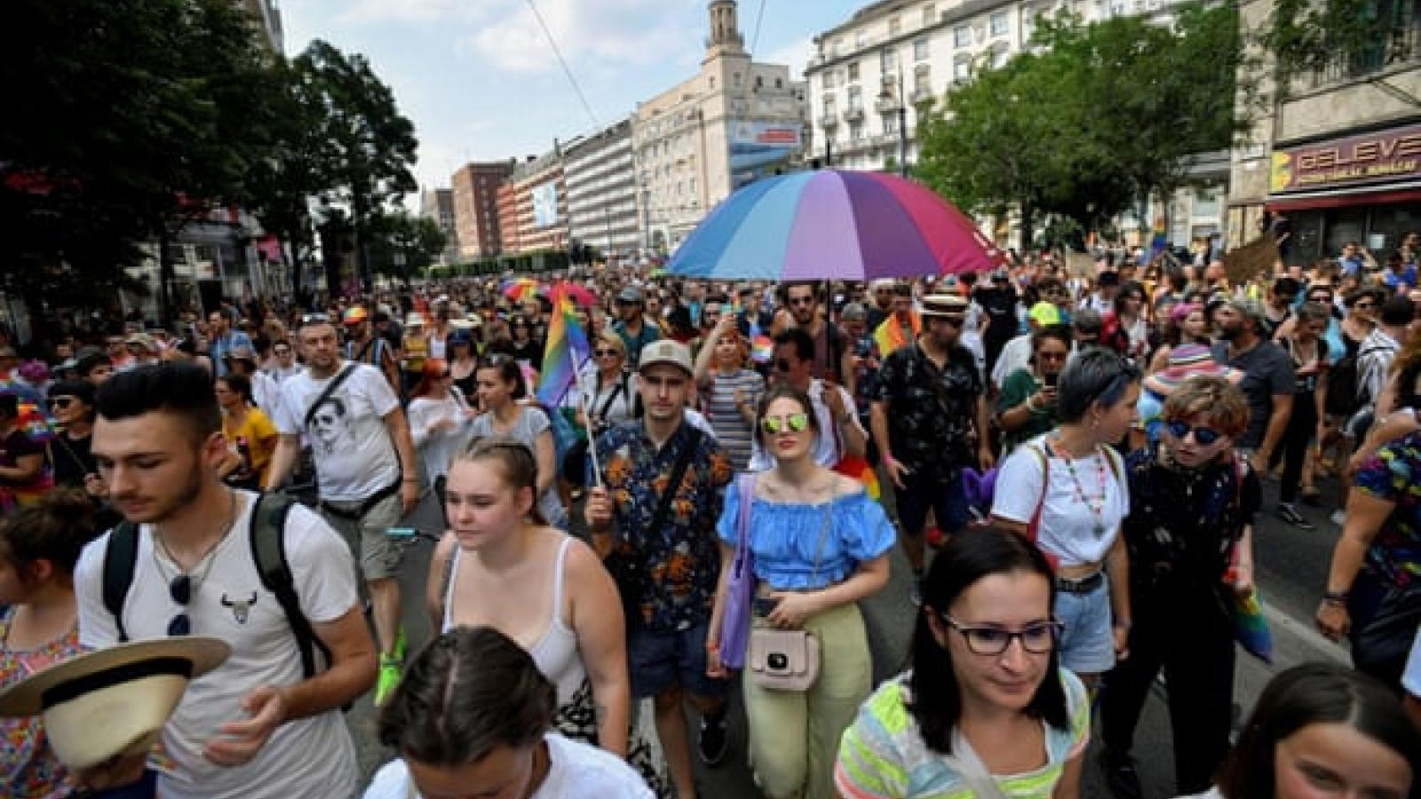 Hàng nghìn người tuần hành ở Budapest phản đối luật chống LGBT
