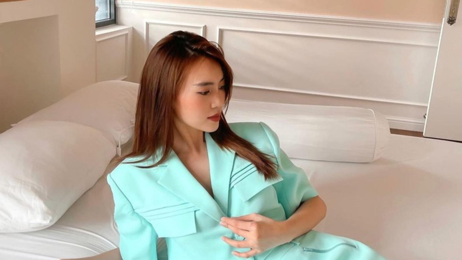 """Chuyện showbiz: Ninh Dương Lan Ngọc """"giãn cách"""" vẫn lên đồ chụp hình tại phòng ngủ"""