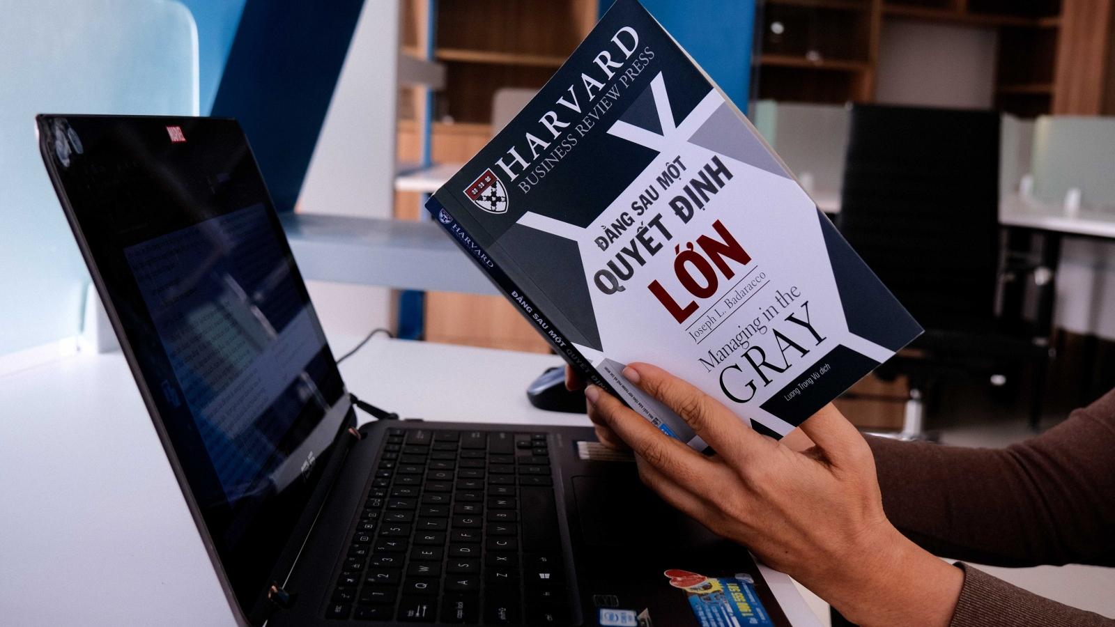 """""""Đằng sau một quyết định lớn"""" - Ấn phẩm cần có trong tủ sách của mọi nhà quản lý"""
