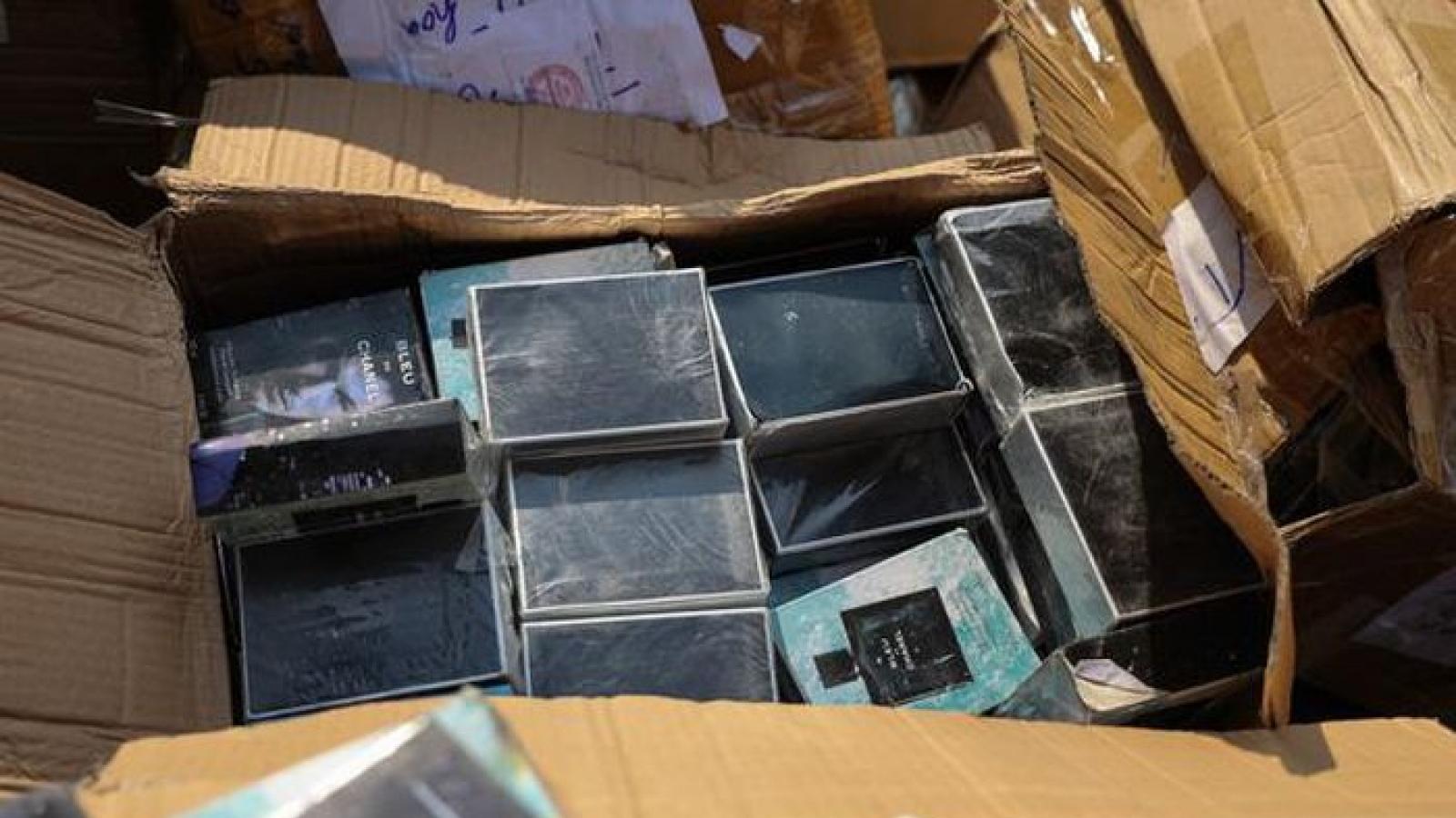 Hà Nội tiêu hủy hơn 7000 sản phẩm hàng hóa vi phạm trước đó tổng trị giá gần 2 tỷ đồng