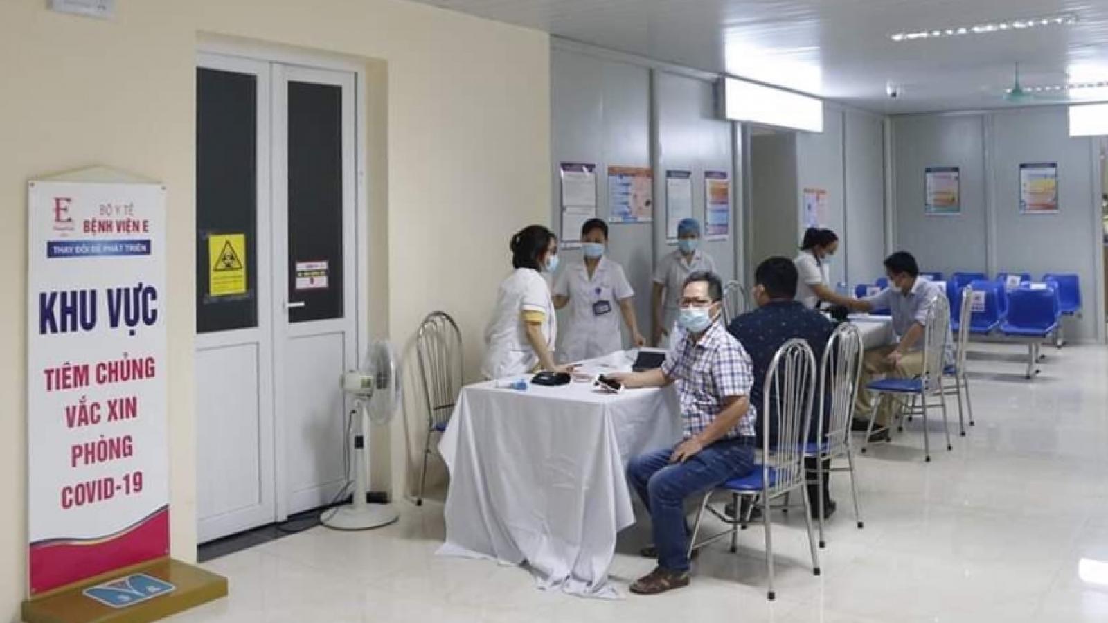 Giám đốc Bệnh viện E lên tiếng về tình trạng người dân xếp hàng tiêm vaccine
