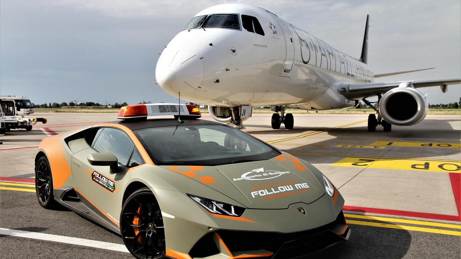 Lamborghini Huracan EVO làm xe dẫn đường sân bay tại Italy