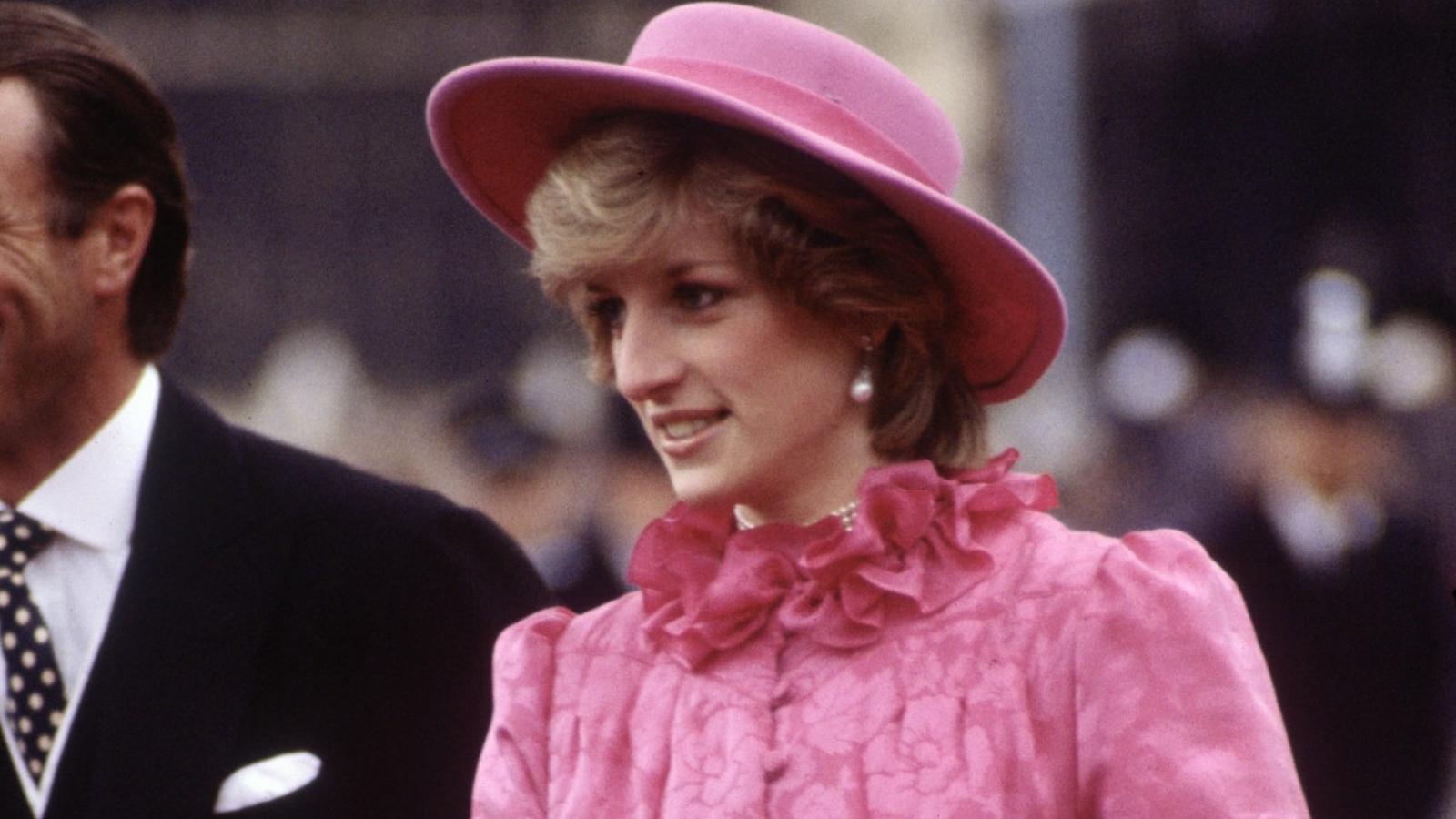 Diện trang phục màu hồng rực rỡ, thanh lịch như công nương Diana