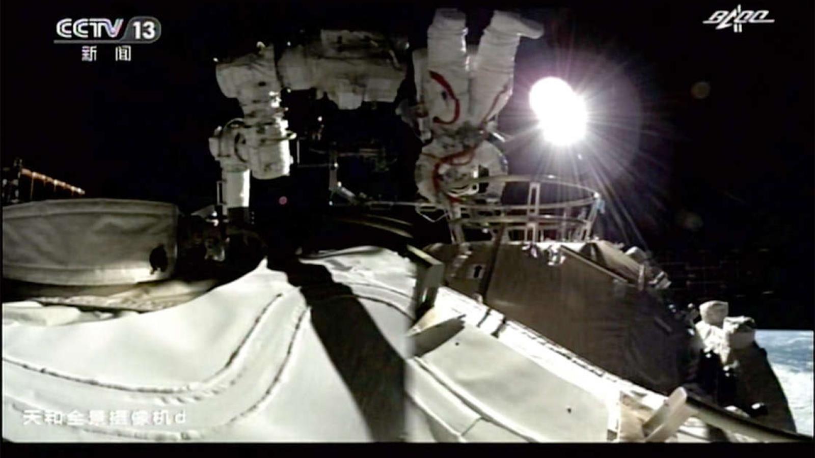 Phi hành gia trên trạm vũ trụ Thiên Cung của Trung Quốc lần đầu đi bộ ra ngoài không gian