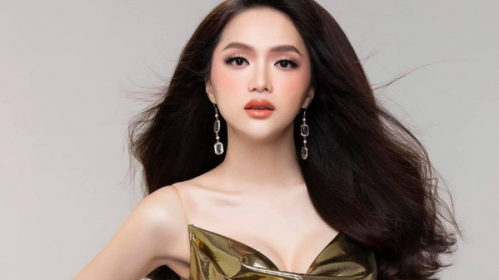 """Chuyện showbiz: Hoa hậu Hương Giang lộ diện sau những ngày """"sống ẩn""""?"""