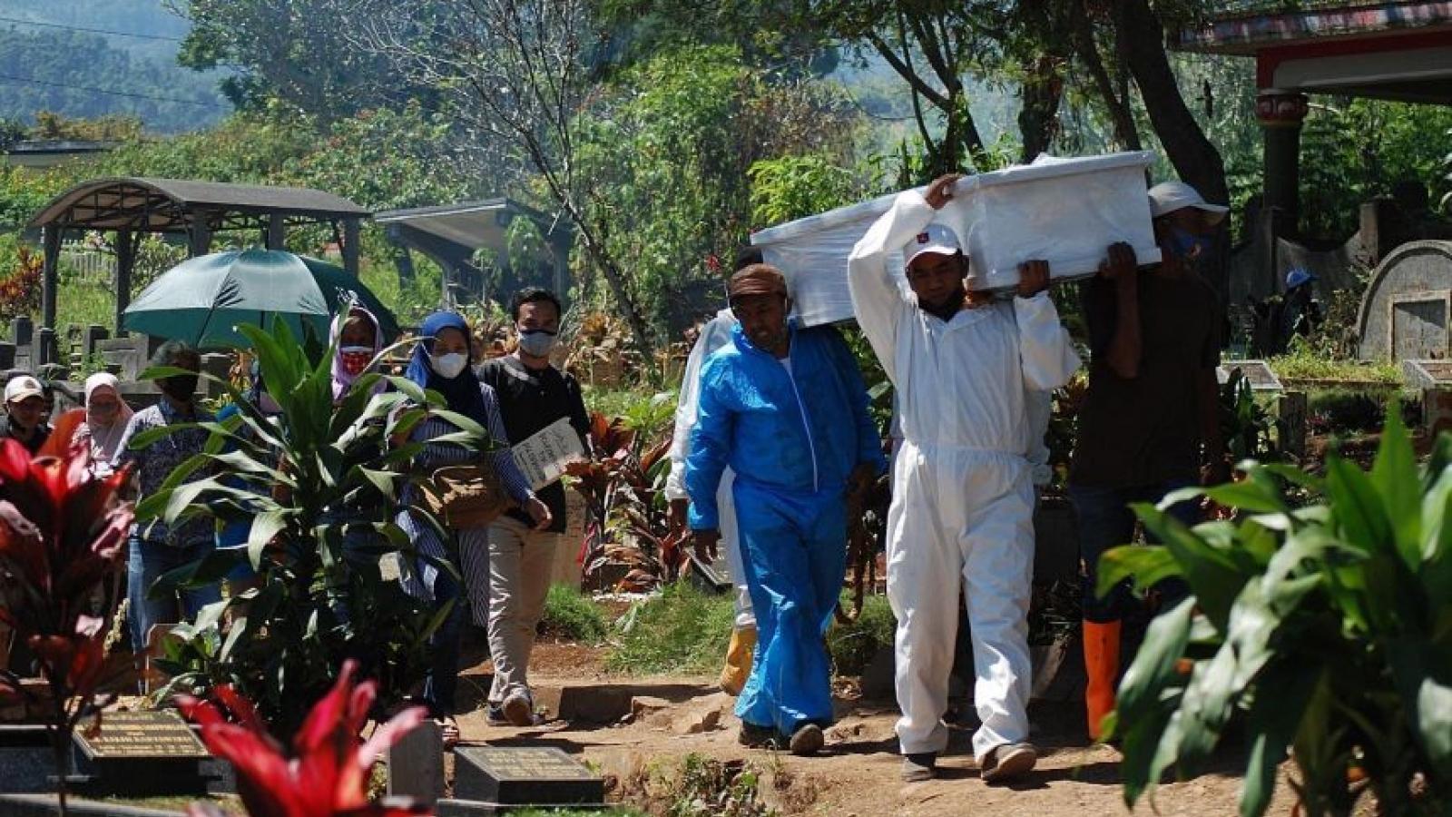Số ca tử vong tăng 7 lần từ khi biến thể Delta xâm nhập, Indonesia mở rộng lệnh phong tỏa