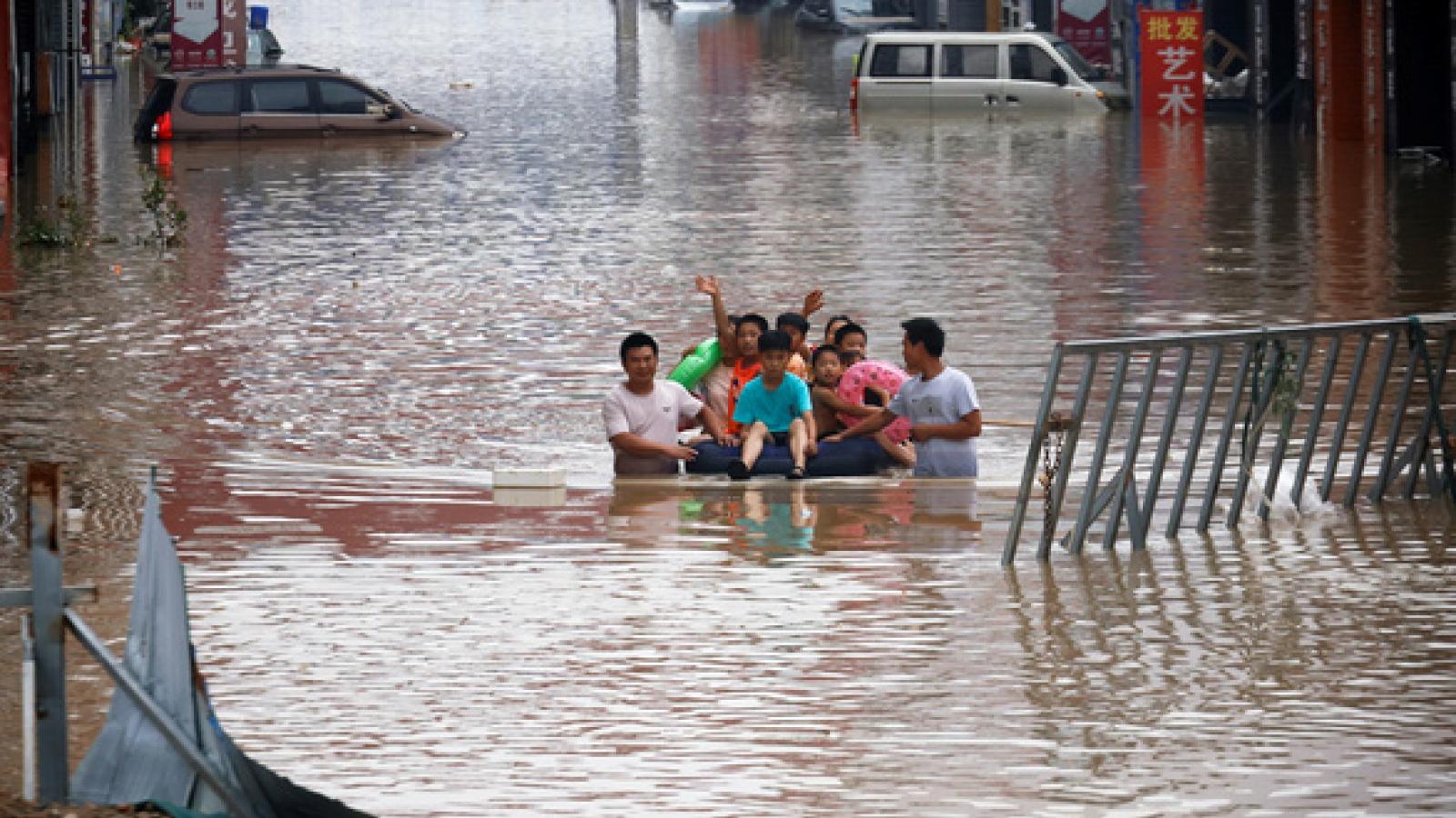 Khách sạn ở Trung Quốc bị phạt nặng do tăng giá tiền trong lúc mưa bão
