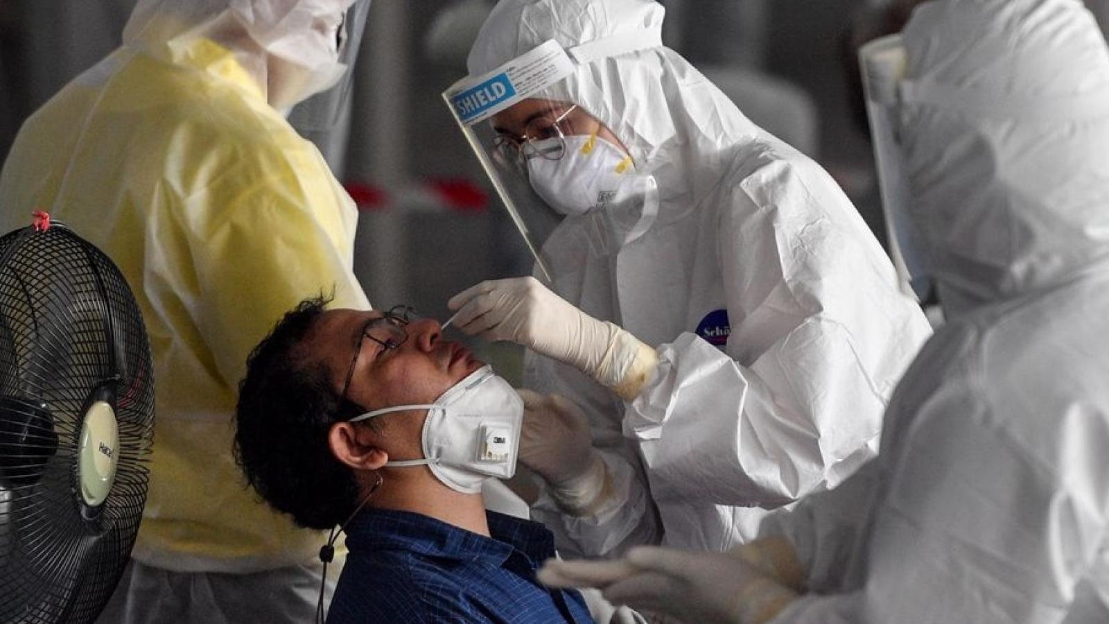Số ca Covid-19 tử vong tăng kỷ lục, Thái Lan kiên quyết cấm tụ tập nơi công cộng