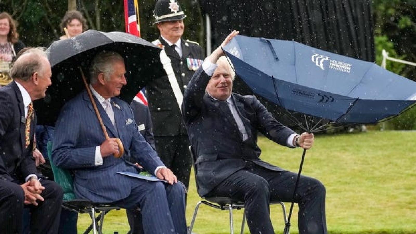 Quan khách bật cười khi Thủ tướng Anh Boris Johnson loay hoay với chiếc ô