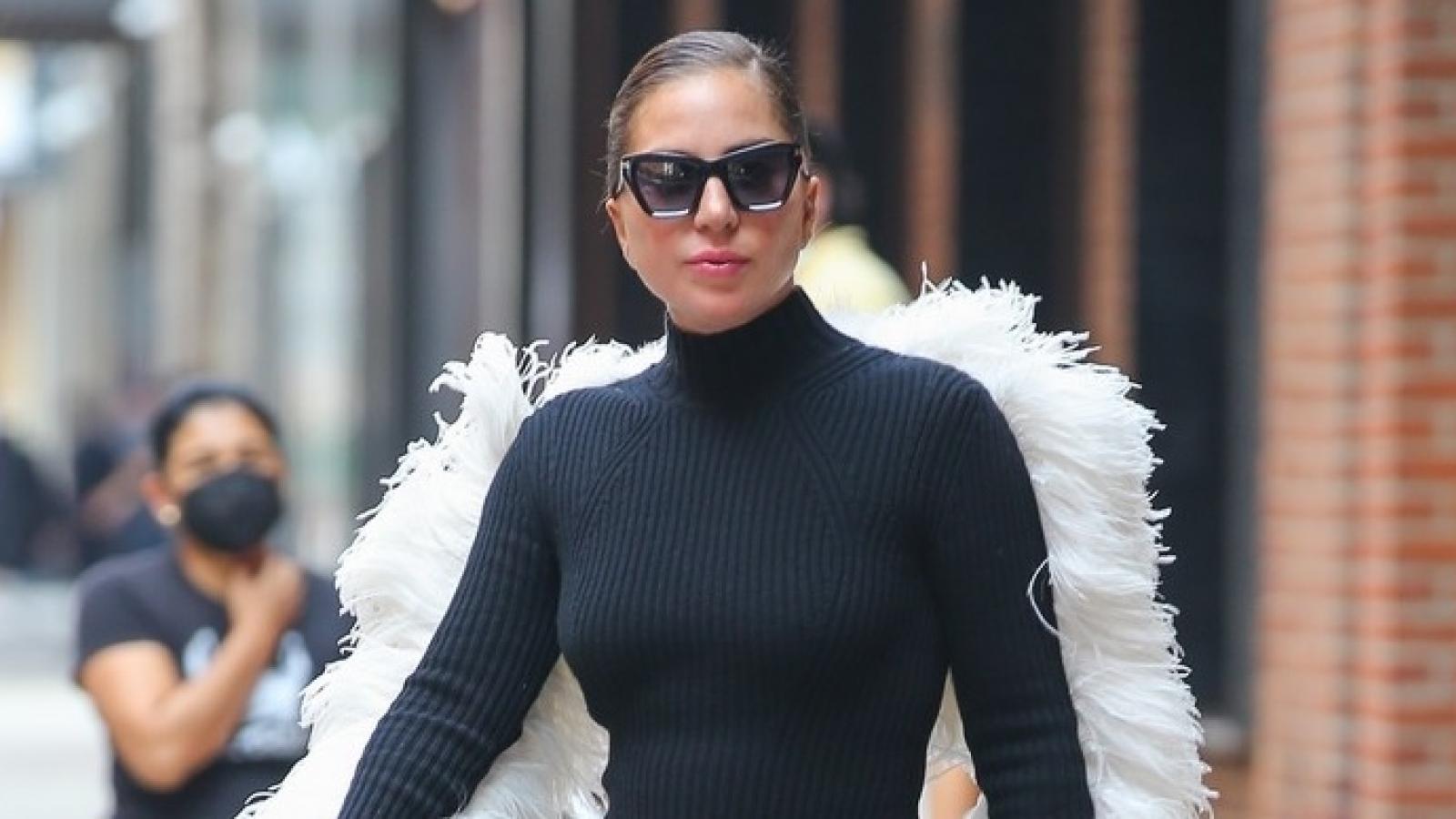 Lady Gaga diện đầm kiểu cách khoe dáng thon trên phố