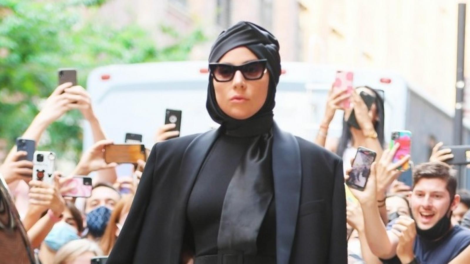 """Lady Gaga """"biến hóa"""" phong cách với blazer hờ hững tại sự kiện"""