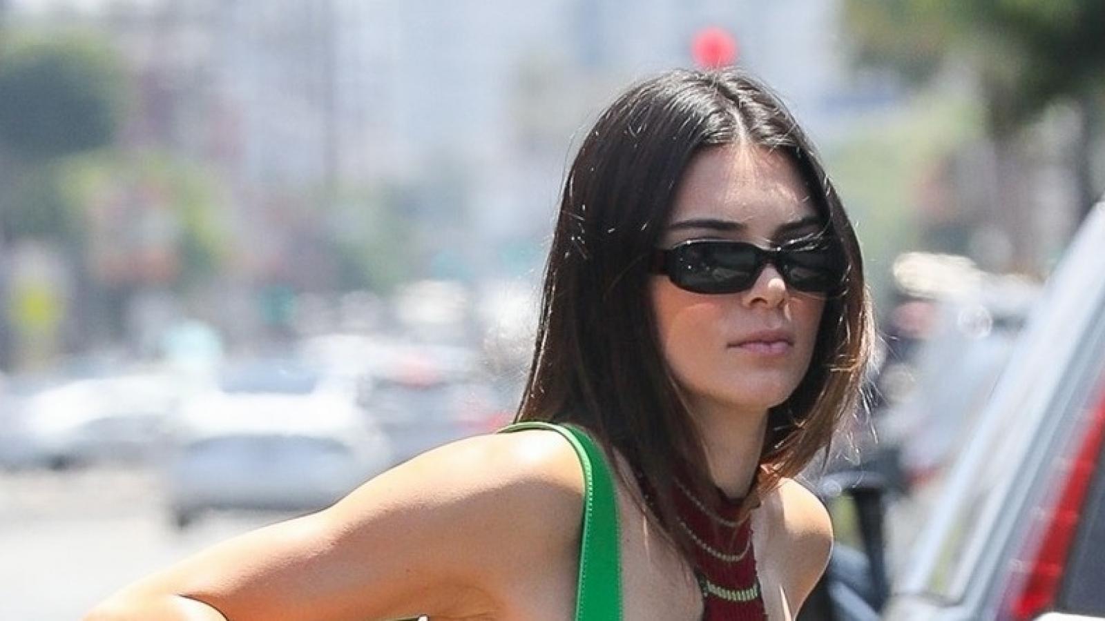 Kendall Jenner diện croptop cách điệu khoe dáng thon trên phố