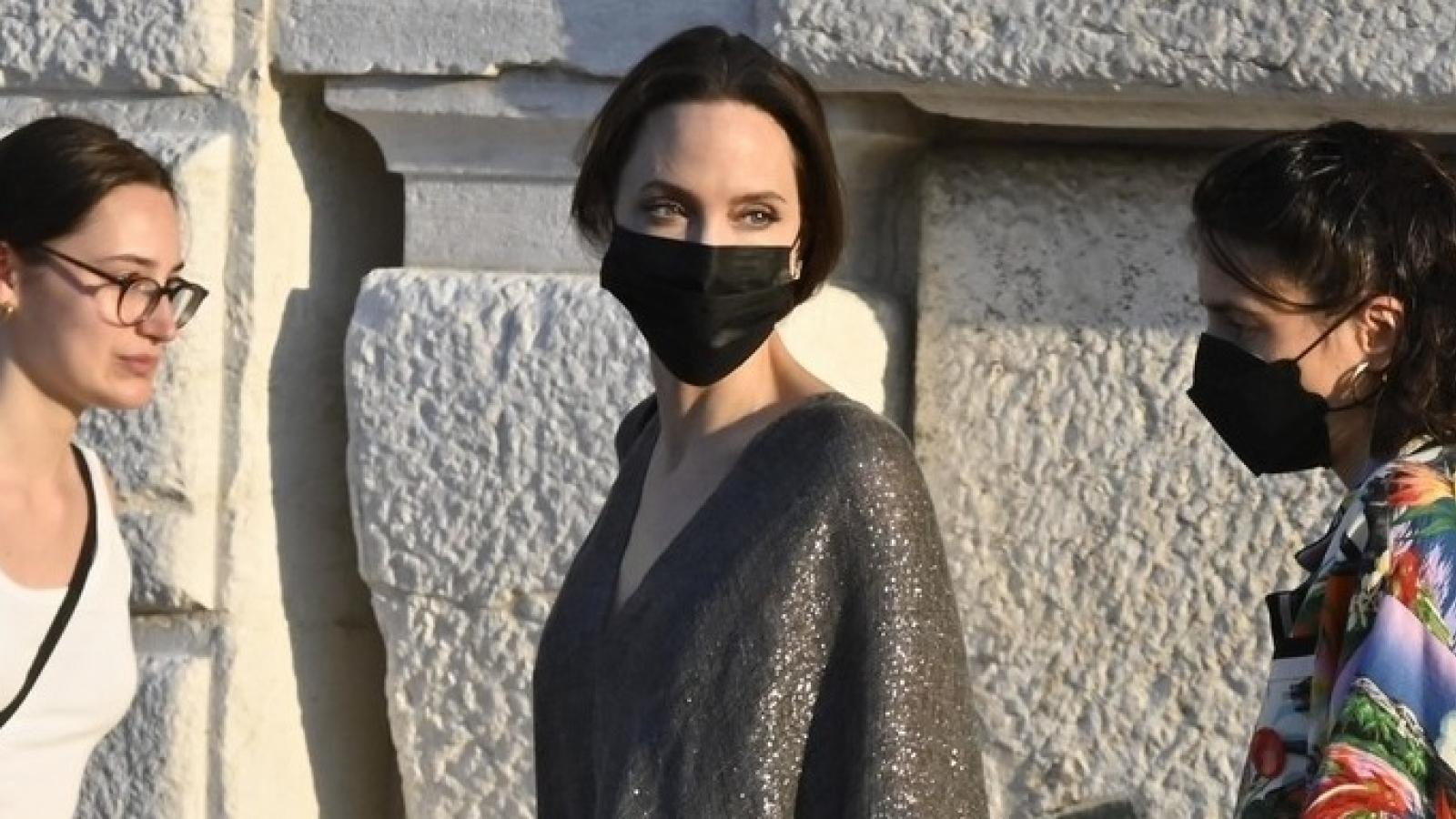 Angelina Jolie phối đồ sang chảnh dạo chơi ở Italy