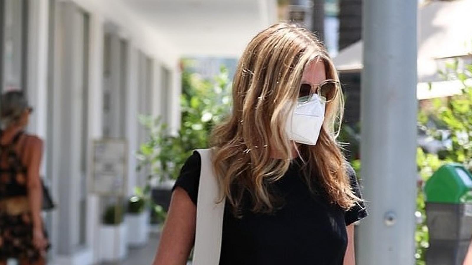 Jennifer Aniston một mình đến cơ sở chăm sóc da liễu ở Mỹ