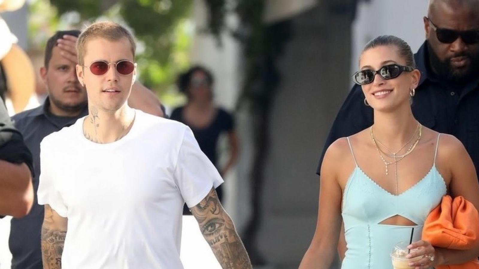 Vợ chồng Justin Bieber nắm tay tình cảm đi dạo phố ở Hy Lạp