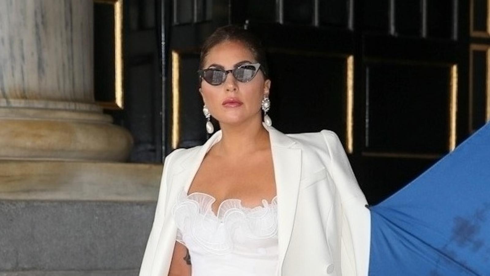 Lady Gaga khoe sắc với đầm trắng tinh khôi ở New York