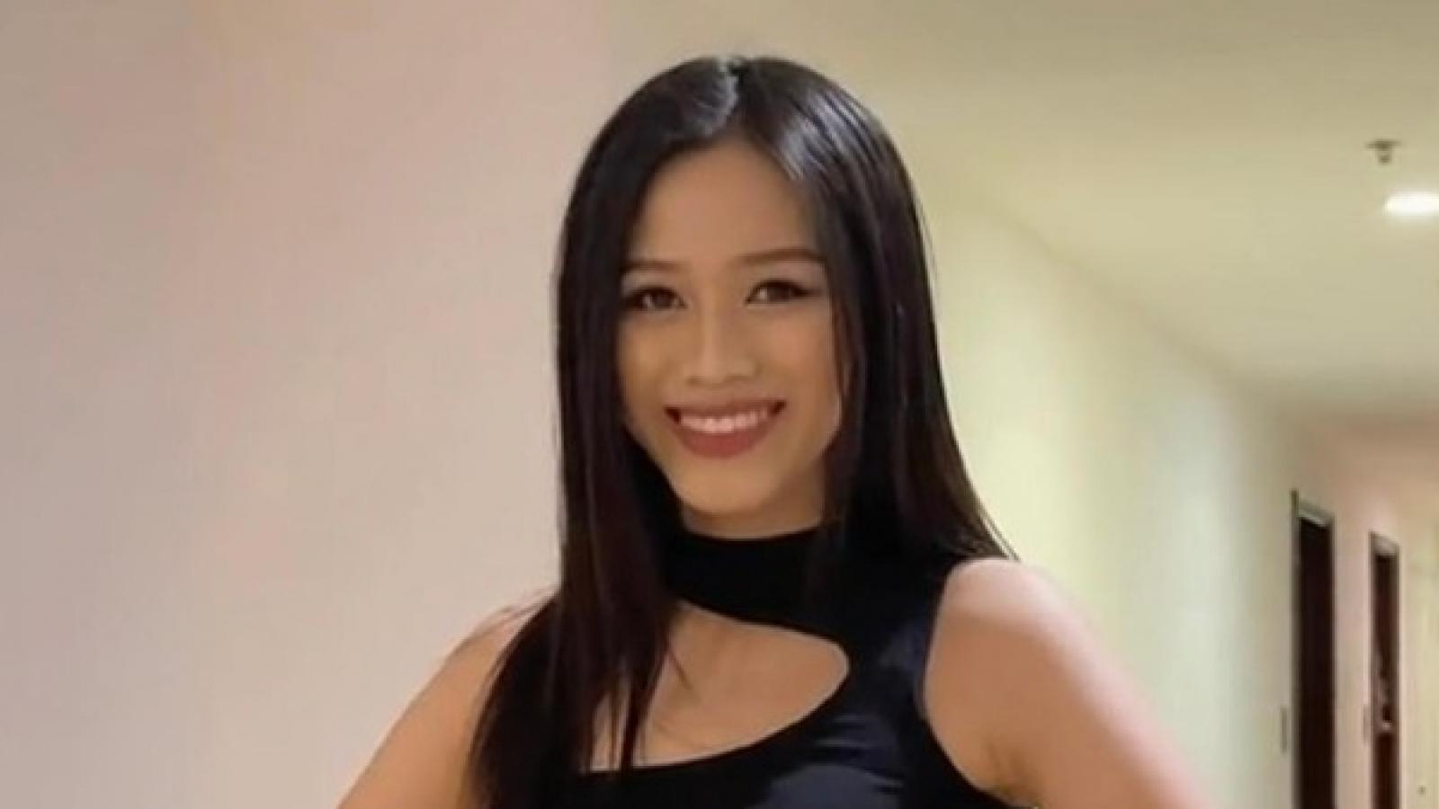 Hoa hậu Đỗ Thị Hà tập luyện catwalk ở hành lang chung cư để chuẩn bị cho Miss World 2021